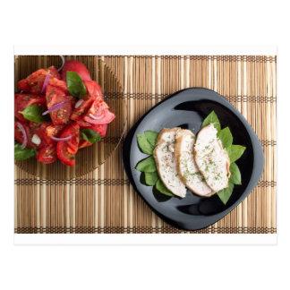 Carne de Сhicken adornada con la ensalada de la Tarjetas Postales