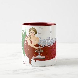 Carola bañándose taza de café de dos colores
