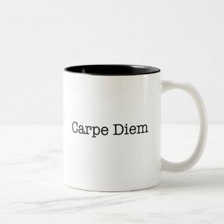 Carpe Diem agarra la cita del día - citas Taza De Dos Tonos