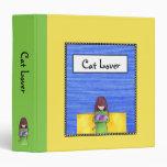 Carpeta del verde amarillo de la abrazo del gato