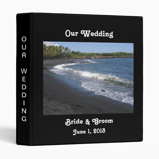 Carpeta negra del boda de playa de la arena