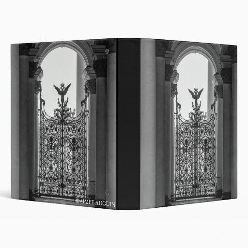 Carpeta negra y blanca de la puerta de la ermita d