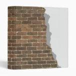 Carpeta quebrada de Avery de la pared de ladrillo