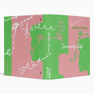 Carpeta rosada y verde de la hermandad de mujeres