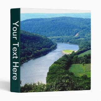 Carpeta sin fin de la foto del río de las montañas