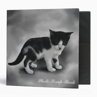 Carpeta suavemente negra y blanca del gatito