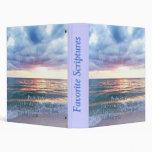 Carpetas de la biblia con el cielo hermoso en la p