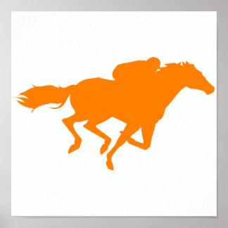 Carrera de caballos anaranjada póster