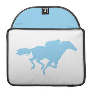 Carrera de caballos de los azules cielos fundas macbook pro