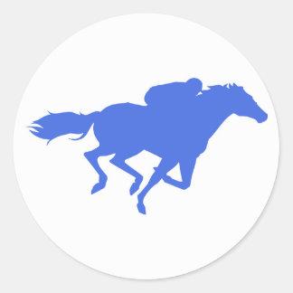 Carrera de caballos del azul real pegatina redonda
