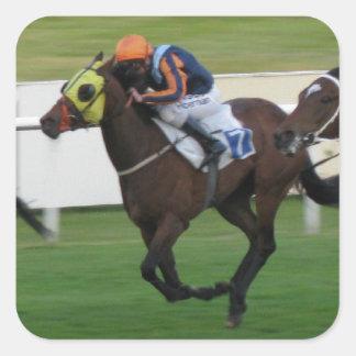Carrera de caballos en imágenes del césped del ji calcomanía cuadradas personalizada