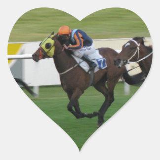 Carrera de caballos en imágenes del césped del ji calcomania corazon