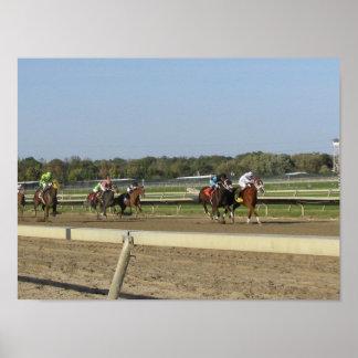 Carrera de caballos en la pista póster
