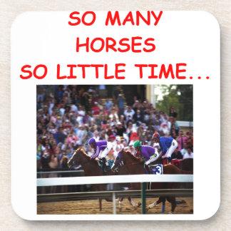 carrera de caballos excelente posavasos de bebida
