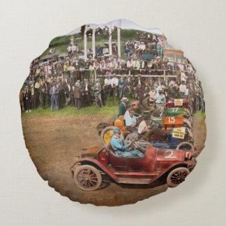 Carrera de coches - al borde de sus asientos 1915 cojín redondo