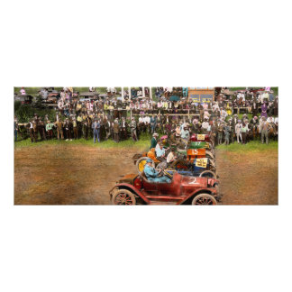 Carrera de coches - al borde de sus asientos 1915 tarjeta publicitaria