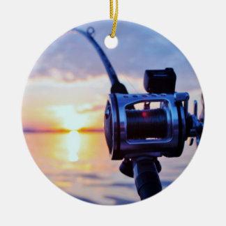 Carrete de la pesca en la puesta del sol adornos de navidad