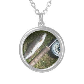 carrete de la trucha arco iris y de la pesca con m collar plateado