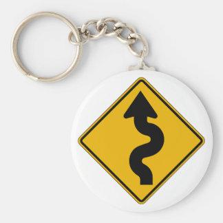 Carretera con curvas, señal de peligro del llavero redondo tipo pin