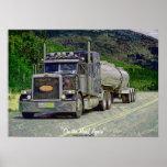 Carretera del camión de petrolero que conduce el p