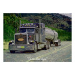 Carretera del camión de petrolero que conduce el p poster