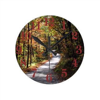 Carretera nacional del otoño reloj redondo mediano