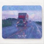Carretera roja del camión que conduce en el arte M Alfombrillas De Ratón