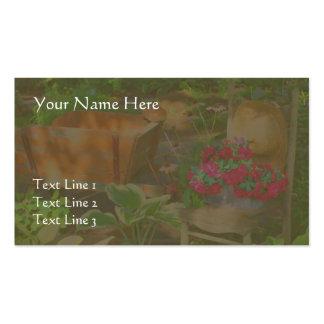 Carretilla y silla del jardín de flores tarjeta personal