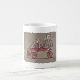 Carro, conejo y muñecas rojos taza de café