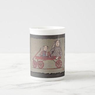 Carro, conejo y muñecas rojos taza de té