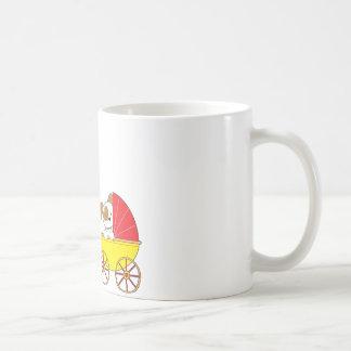 Carro de bebé lindo del perrito tazas de café