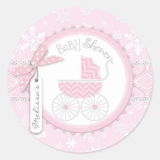 Carro de bebé y copo de nieve rosados del invierno pegatina redonda