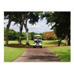 Carro de golf en la trayectoria postales