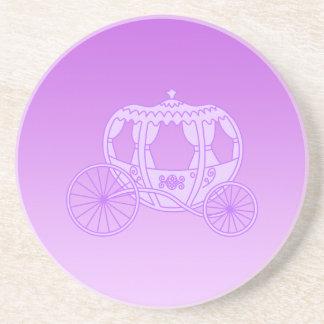 Carro del cuento de hadas en púrpura posavaso para bebida