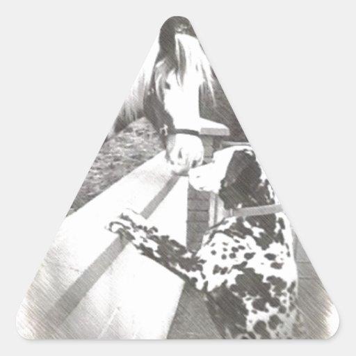 Carro del perro de Dalmation con el caballo Pegatina Triangular