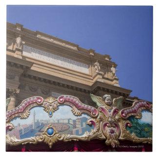 carrusel decorativo pintado con las imágenes de azulejos cerámicos