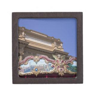 carrusel decorativo pintado con las imágenes de cajas de regalo de calidad