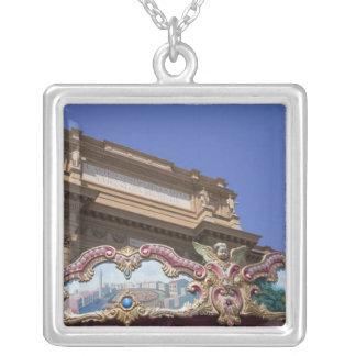 carrusel decorativo pintado con las imágenes de colgante cuadrado