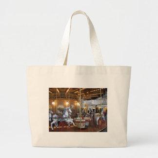 Carrusel del parque de atracciones del vintage bolsa