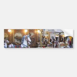 Carrusel del parque de atracciones del vintage etiqueta de parachoque