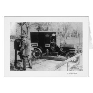 """Cartero con el automóvil del """"correo unido"""" tarjetas"""