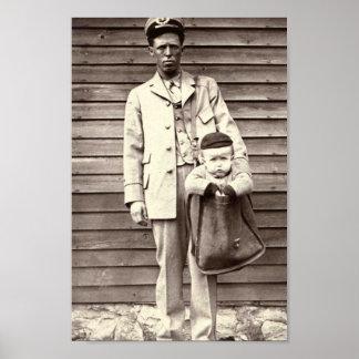 Cartero con el bebé en saca de correos