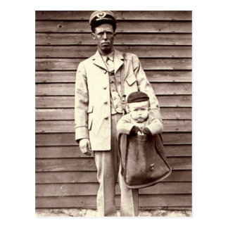 Cartero con el bebé en saca de correos postal