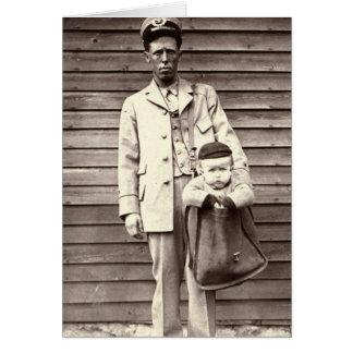 Cartero con el bebé en saca de correos tarjeta de felicitación