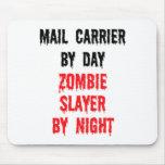Cartero del asesino del zombi del día por noche alfombrillas de ratón