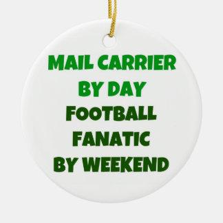 Cartero del fanático del fútbol del día por fin de adorno navideño redondo de cerámica
