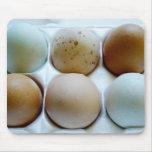 Cartón del huevo por completo de huevos coloreados alfombrillas de raton