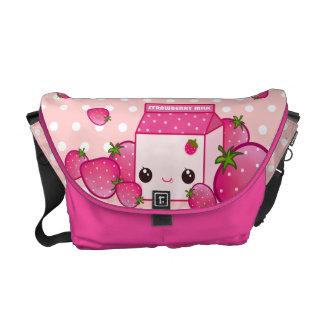 Cartón rosado lindo de la leche con las fresas del bolsas de mensajería