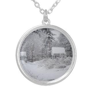 Casa bien vieja en una tormenta de la nieve collares personalizados