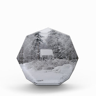 Casa bien vieja en una tormenta de la nieve